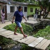 Los habitantes utilizan varios puentes artesanales para poder ingresar a sus casas.