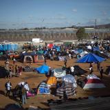 Caravana de migrantes coloca carpas en frontera con EEUU