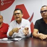 De izquierda a derecha: Dairo Santana, el secretario Armando de la Hoz y Hernando Viloria.