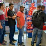 Aficionados haciendo fila para comprar boletas para las finales de Junior.
