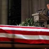 El expresidente George W. Bush habla por su padre en la Catedral Nacional en Washington.