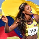 Caterine Ibargüen ondea la bandera colombiana en los Juegos Centroamericanos y del Caribe Barranquilla 2018.