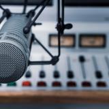 Por estos micrófonos  se escuchan las voces encargadas de cerrar un año y darle inicio a otro.