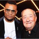 El boxeador colombiano Eléider Álvarez junto al afamado y legendario promotor de boxeo Bob Arum.