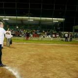 El gobernador hizo el lanzamiento de la primera bola.