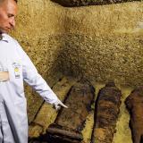 Cuatro de las 40 momias encontradas en Egipto.