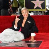 Pink, posando junto a su estrella en Hollywood.