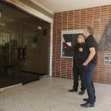 El gobernador Verano observa los daños ocasionados en las oficinas de la rectoría.