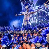 Grupos de fantasía y tradición popular danzan en la Plaza de la Paz