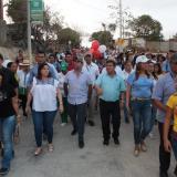 El alcalde de Barranquilla, Alejandro Char; el secretario de Obras, Rafael Lafont; la alta consejera para las Regiones, Karen Abudinen, y la comunidad recorren una de las vías en el barrio Las Granjas.