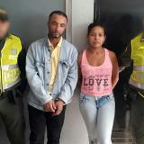 Steven Ricardo Núñez Escolar y de Brenda Patricia Torres Rodríguez, los capturados en medio de dos agentes.