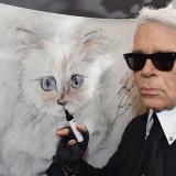 El diseñador Karl Lagerfeld. Al fondo, Choupette, su gata birmana.