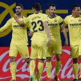 El delantero de Puerto Colombia Carlos Bacca celebrando con sus compañeros un gol del Villarreal.