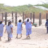 Los niños tienen que recorrer largos trayectos para poder ir a la escuela.