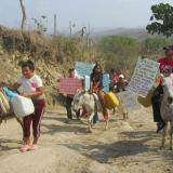 Protestan en burros para pedir mejores vías y agua