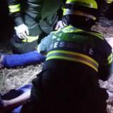 Socorristas atienden a uno de los heridos.
