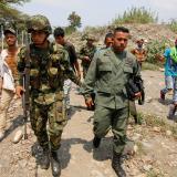 Un soldado del Ejército de Colombia conduce a un militar de la Guardia Nacional de Venezuela tras desertar en territorio de Cúcuta.