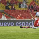 El argentino Fabián Sambueza anotó el primero de sus goles a través de este potente remate.
