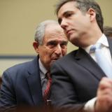 Michael Cohen, exabogado y coordinador de campaña del presidente Trump, escucha a su abogado Lanny Davis durante una audiencia ante la Cámara de Representantes.