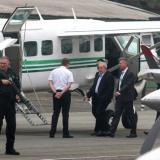 El expresidente Lula es escoltado a su arribo al aeropuerto de Sao Paulo.