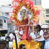 Kelly Restrepo, reina del Carnaval de la 44, saluda a los espectadores.