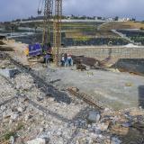 Obreros trabajan en la estabilización de la ladera de  Campo Alegre y El Rubí. El suelo en esta zona está compuesto por arcilla, lo que la hace vulnerable al fenómeno de remoción en masa.
