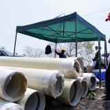 Gobernador inspecciona la instalación de la  tubería.