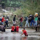 """Miles de venezolanos cruzaron este lunes a Colombia tras apertura de """"corredor humanitario"""""""