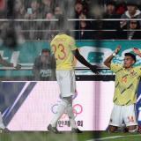 Luis Díaz celebrando su gol con la selección Colombia. Se le acercan Dávinson Sánchez y Luis Manuel Orejuela.