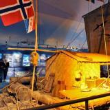 En la ceremonia de firma participó también Thor Heyerdahl jr, quién a los 17 años (en 1955) acompañó a su padre a una de sus expediciones a Isla de Pascua.
