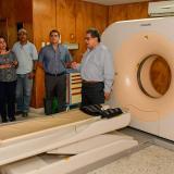 Ulahy Beltrán, gerente del Cari (junto al tomógrafo), explica la recuperación de esa zona del hospital.