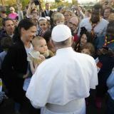 """El Papa pide en Marruecos oponer """"la solidaridad"""" de los creyentes al """"fanatismo"""""""