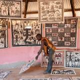 Un artista muestra sus pinturas en su taller, en el pueblo de Fakaha, en Costa de Marfil.