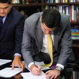 El senador Mauricio Gómez  radicó en la tarde de ayer el proyecto en la Secretaría del  Senado. En la foto con Gregorio Eljach, secretario de la Cámara alta.
