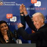 Joe Biden con la representante Lucy Flores durante un evento en Las Vegas, Nevada.