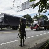 Soldado vigila la carretera Panamericana, mientras que los camiones andan sin restricciones por esta.