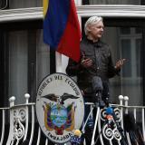 """Expresidente de Ecuador acusa a su sucesor de cometer un """"crimen"""" por entregar a Assange"""