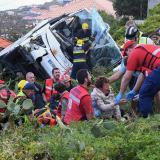 Una mujer es auxiliada minutos después del accidente de un bus en la isla de Madeira.