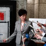 La gobernadora de Tokio, Yuriko Koike, presenta la obra que se cree es del misterioso Banksy.