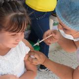 Momentos en que le aplican la vacuna a un menor.