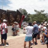 Miles de turistas visitando la estatua de los junglares vallenatos.