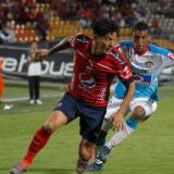 Cano disputando la pelota con Gabriel Fuentes.