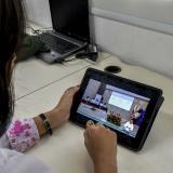 Una periodista de EL HERALDO observa la rendición de cuentas desde una tablet.