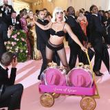 Lady Gaga se roba el show en la gala del Met en Nueva York