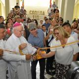 El alcalde Alejandro Char, la secretaria Bibiana Rincón y la comunidad educativa cortan la cinta inaugural.