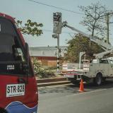 Operarios del concesionario hacen mantenimiento a uno de los equipos de fotomultas.