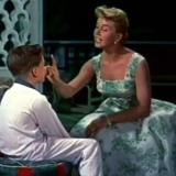 """Doris Day en la película """"El hombre que sabía demasiado"""", dirigida por Alfred Hitchcock (1956). Aquí, con el niño que interpreta a su hijo, secuestrado en el filme."""