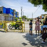 En video   Bloqueos en tres barrios por fallas en servicio de energía