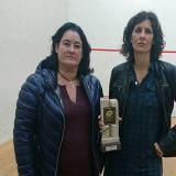 Maribel Toyos y Elisabet Sadó, con el trofeo que recibió esta última.