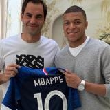 Mbappe le entrega la camiseta de la Selección de Francia al tenista Roger Federer.